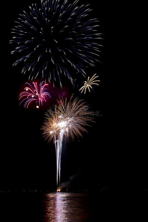 Vuurwerk met meerbezinning stock foto's