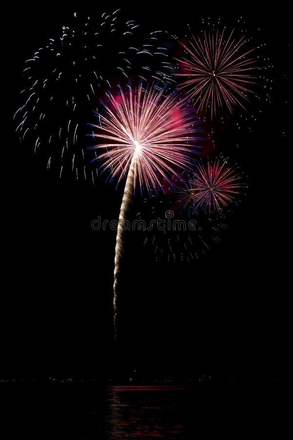 Vuurwerk met meerbezinning stock afbeelding