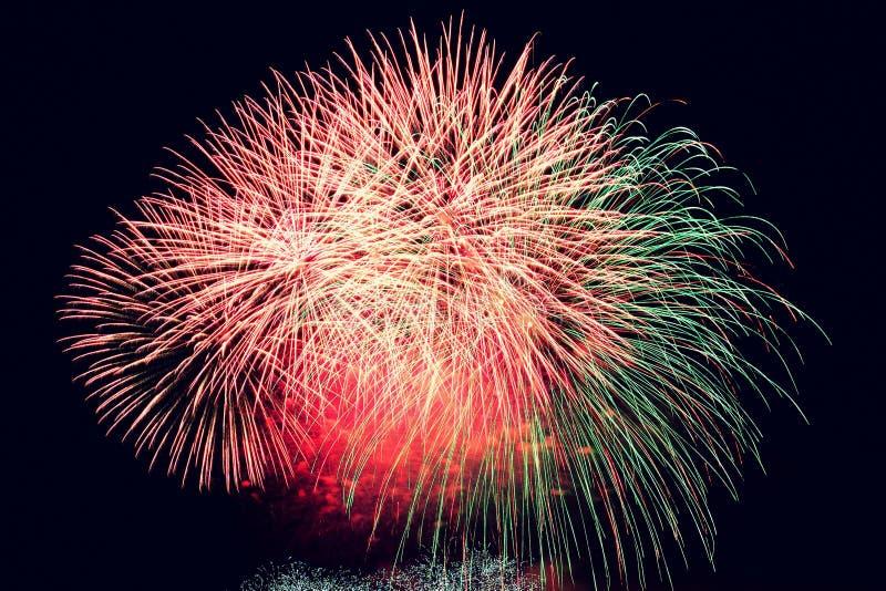 vuurwerk Mooi kleurrijk vuurwerk op de waterspiegel met een schone zwarte achtergrond Pretfestival en wedstrijd van Brandbestrijd royalty-vrije stock fotografie