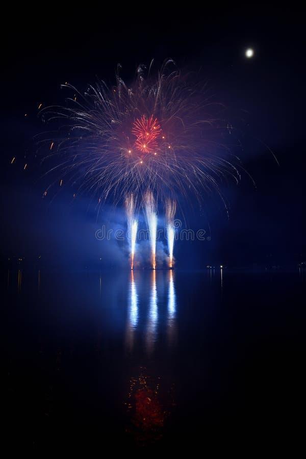 vuurwerk Mooi kleurrijk vuurwerk op de waterspiegel met een schone zwarte achtergrond Pretfestival en wedstrijd van Brandbestrijd royalty-vrije stock foto
