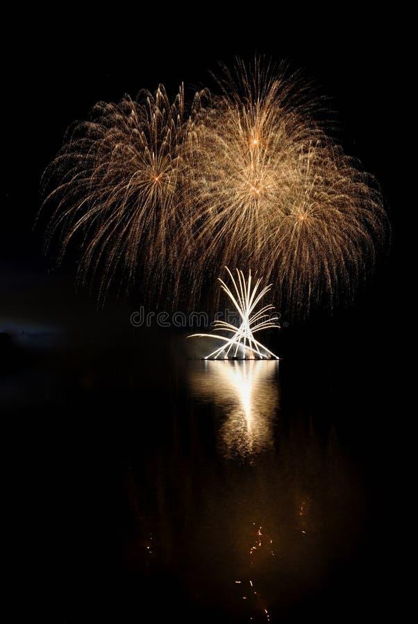 vuurwerk Mooi kleurrijk vuurwerk op de waterspiegel met een schone zwarte achtergrond Pretfestival en wedstrijd van Brandbestrijd royalty-vrije stock afbeeldingen