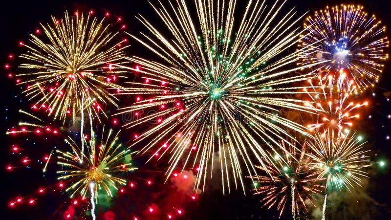 Vuurwerk in nachthemel stock afbeeldingen