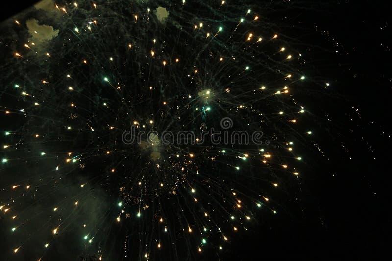 Vuurwerk, vuurwerk, nieuwe achtergrond, viering, vakantie, jaar, gebeurtenis, festival, verjaardag, brand, mooie illustratie, yel stock foto's