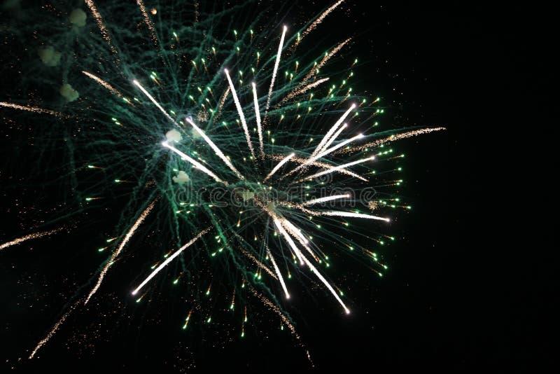 Vuurwerk, vuurwerk, nieuwe achtergrond, viering, vakantie, jaar, gebeurtenis, festival, verjaardag, brand, mooie illustratie, yel royalty-vrije stock afbeeldingen