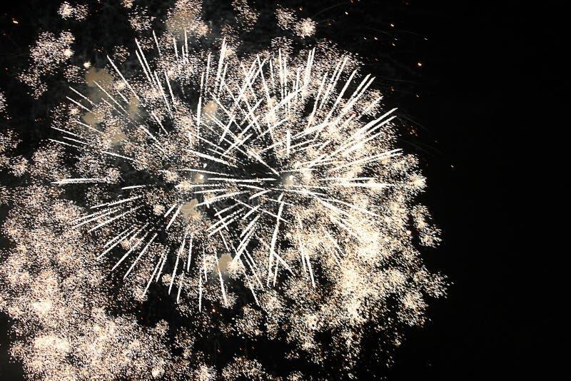 Vuurwerk, vuurwerk, nieuwe achtergrond, viering, vakantie, jaar, gebeurtenis, festival, verjaardag, brand, mooie illustratie, yel royalty-vrije stock foto
