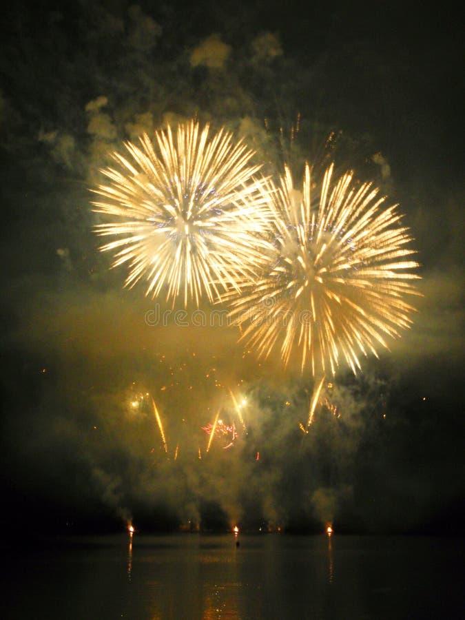 Vuurwerk op dam stock afbeeldingen