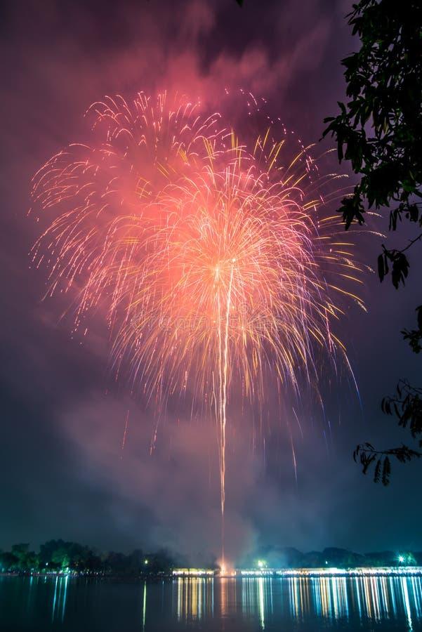 Vuurwerk op de lagune tegen blauwe hemel in openbaar park, Suanluang Rama 9 stock foto's