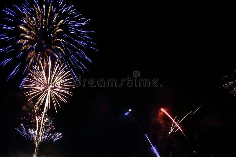 Vuurwerk op de nachthemel royalty-vrije stock afbeeldingen