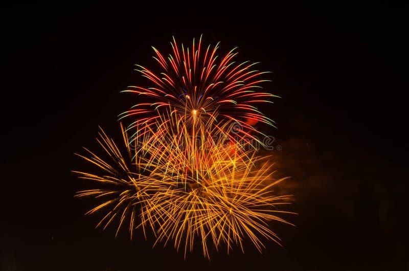 Vuurwerk op donkere hemel aan viering stock afbeeldingen