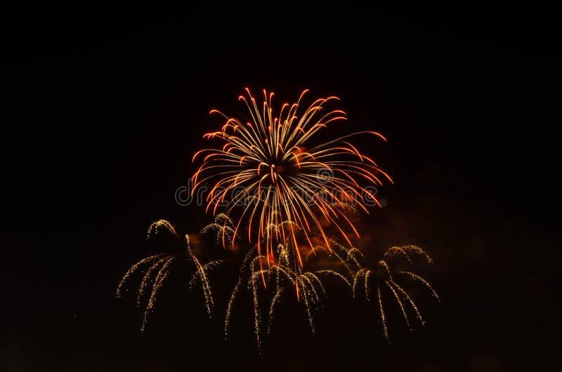 Vuurwerk op donkere hemel aan viering royalty-vrije stock foto's
