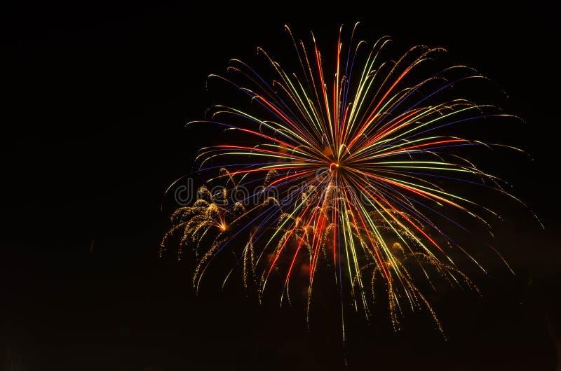 Vuurwerk op donkere hemel aan viering royalty-vrije stock fotografie