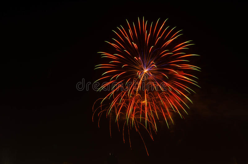 Vuurwerk op donkere hemel aan viering royalty-vrije stock afbeeldingen