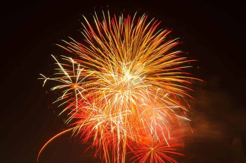 Vuurwerk op donkere hemel aan viering royalty-vrije stock afbeelding