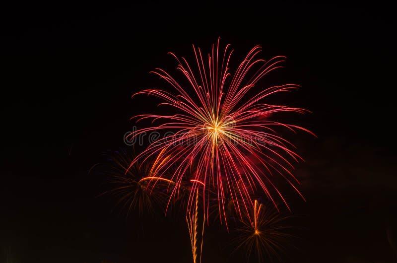 Vuurwerk op donkere hemel aan viering stock foto's