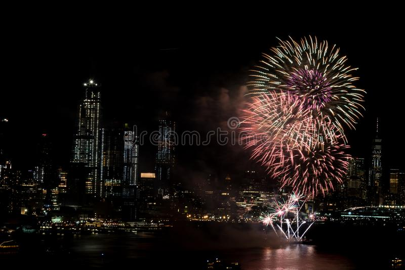 Vuurwerk op Hudson River, de Stad van New York stock afbeelding