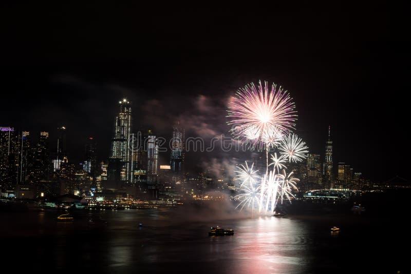 Vuurwerk op Hudson River, de Stad van New York stock foto