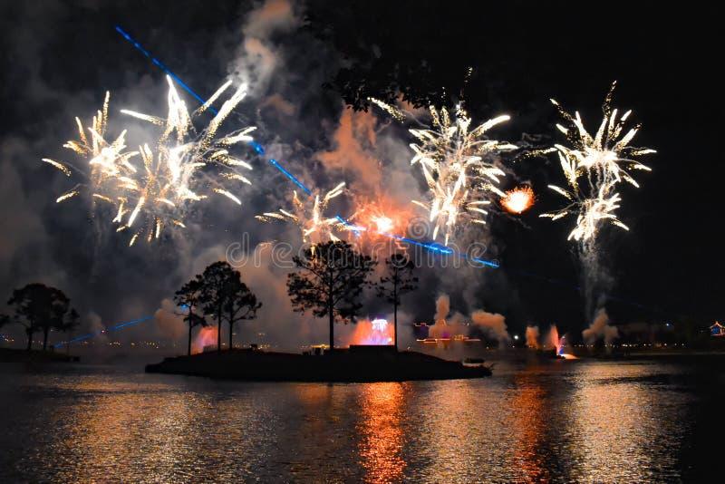 Vuurwerk op meer in Epcot op donkere nacht in Walt Disney World royalty-vrije stock afbeelding