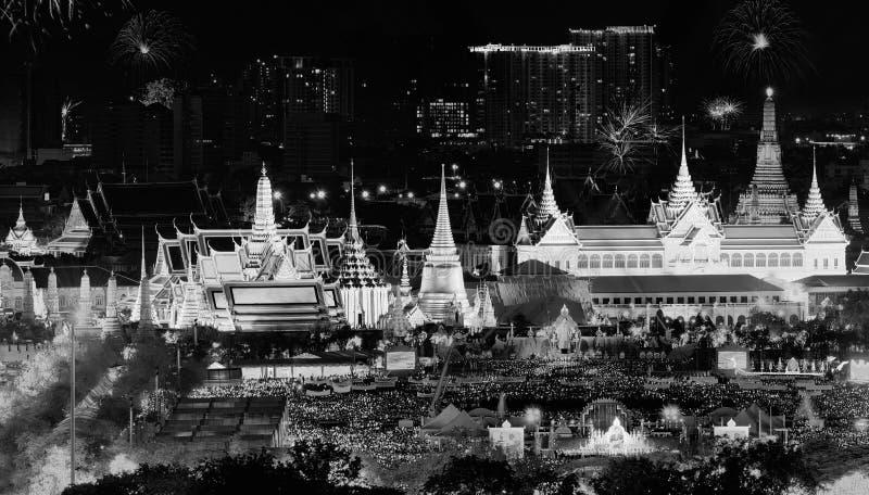 Vuurwerk op Vader` s dag in Emerald Buddha, Bangkok, Thailand stock afbeelding