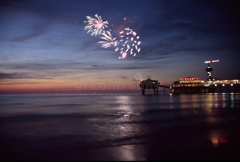 Vuurwerk op zee royalty-vrije stock fotografie