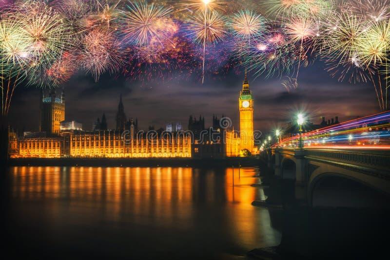 Vuurwerk over Big Ben bij nacht met de lichten van de auto's in de stad van Londen stock foto