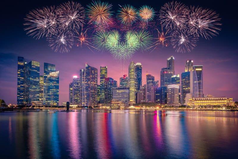 Vuurwerk over de Horizon van Singapore en mening van wolkenkrabbers op Marin stock fotografie