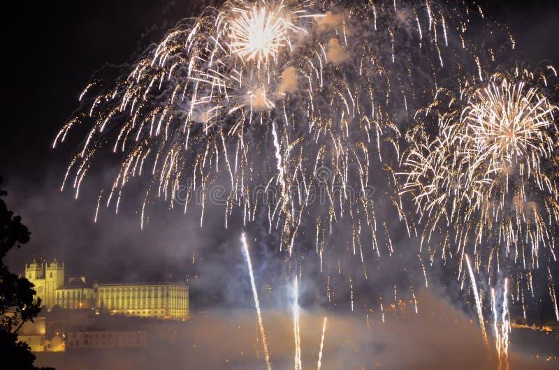 Vuurwerk over de rivier royalty-vrije stock afbeeldingen