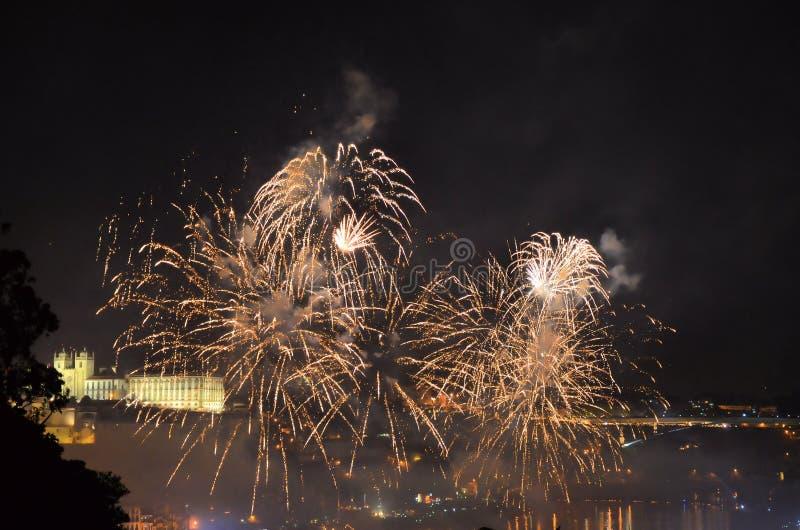 Vuurwerk over de rivier royalty-vrije stock foto's