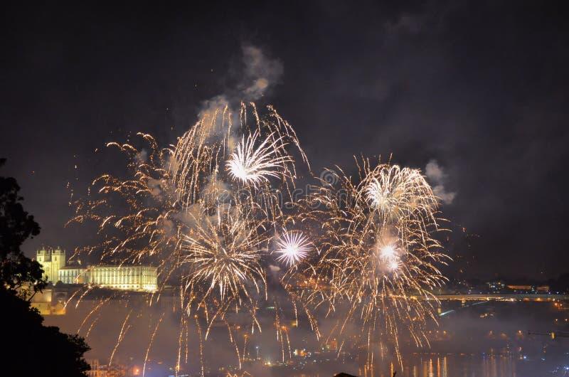Vuurwerk over de rivier stock afbeelding