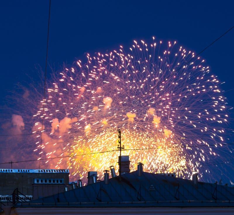Vuurwerk over de stad royalty-vrije stock afbeeldingen