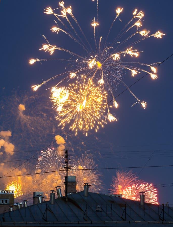 Vuurwerk over de stad royalty-vrije stock afbeelding