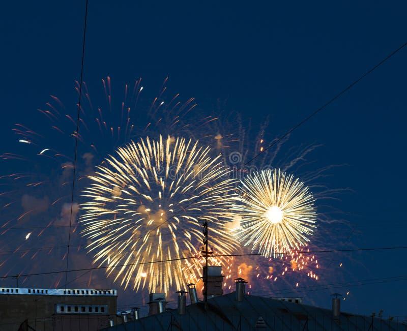 Vuurwerk over de stad stock fotografie