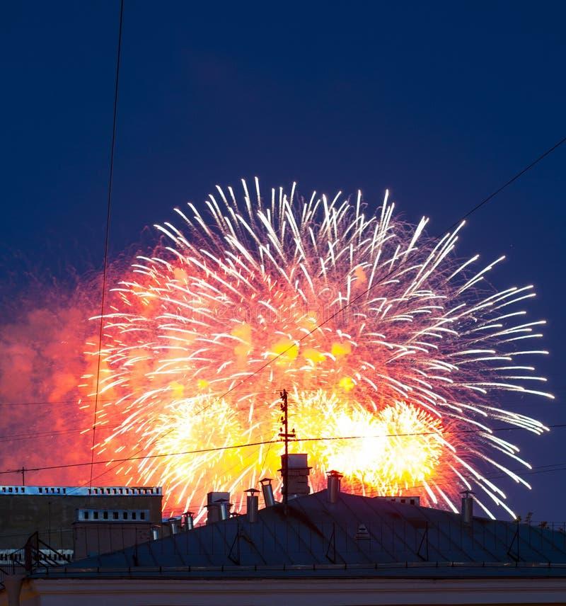Vuurwerk over de stad stock afbeelding