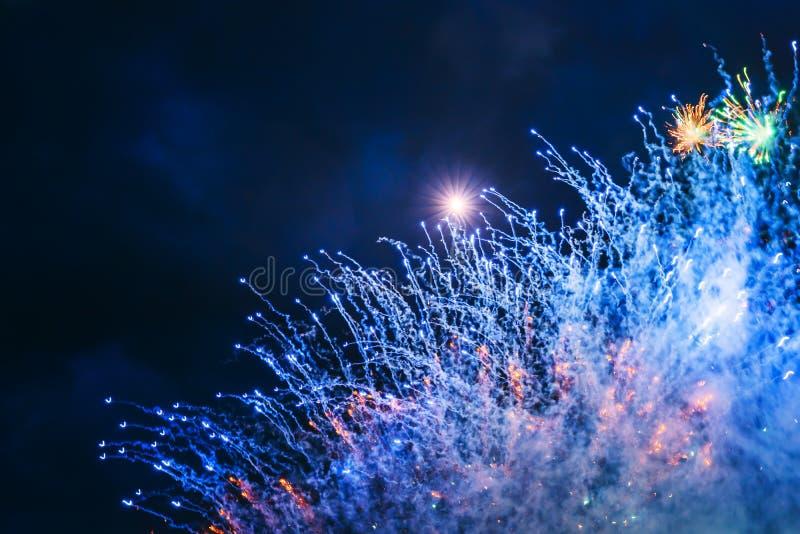 Vuurwerk over de stad royalty-vrije stock fotografie