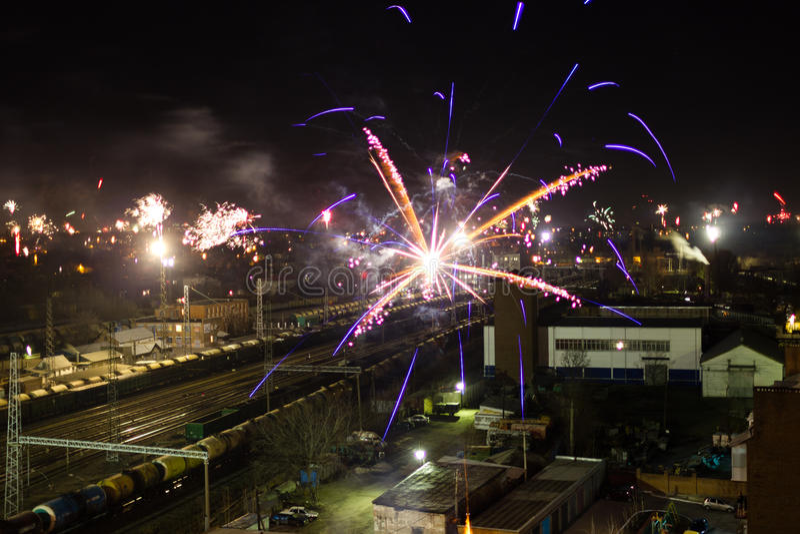 Vuurwerk over een stad royalty-vrije stock afbeelding