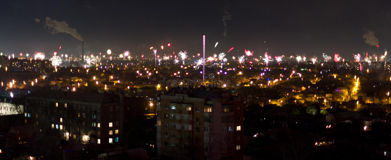 Vuurwerk over een stad stock afbeeldingen