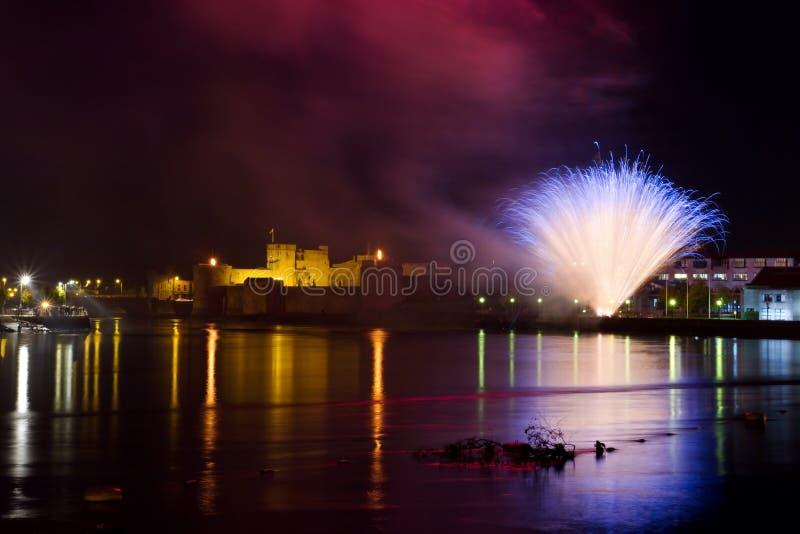 Vuurwerk over het kasteel stock afbeelding