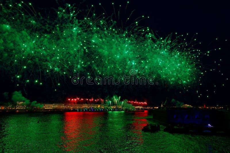 Vuurwerk over het licht van de watervakantie Nachtcityscape sc?ne Nevarivier, heilige-Petersburg, Rusland Vakantie Scharlaken Zei royalty-vrije stock afbeelding
