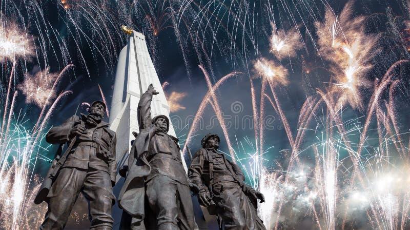 Vuurwerk over het Monument aan landen van anti-Hitler coalitie, Steegaanhanger in Victory Park op Poklonnaya-heuvel, Moskou royalty-vrije stock afbeeldingen
