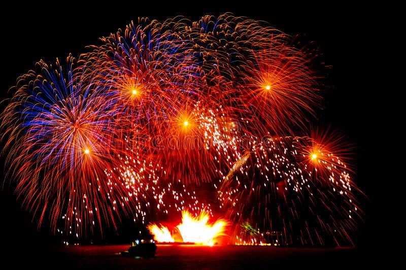 Vuurwerk over het water royalty-vrije stock foto