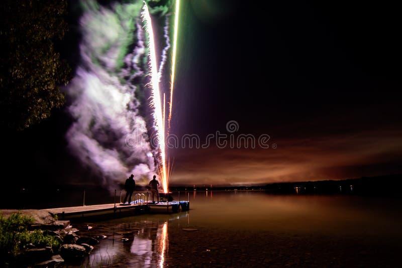 Vuurwerk over meer in mooi landschap royalty-vrije stock afbeeldingen