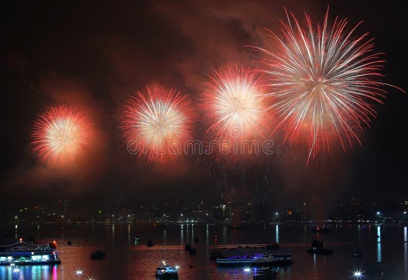 Vuurwerk over Meer in pattaya Thailand royalty-vrije stock foto