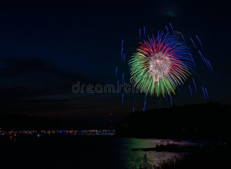 Vuurwerk over Meer Wallenpaupack in Hawley, PA voor 4 van Juli royalty-vrije stock foto