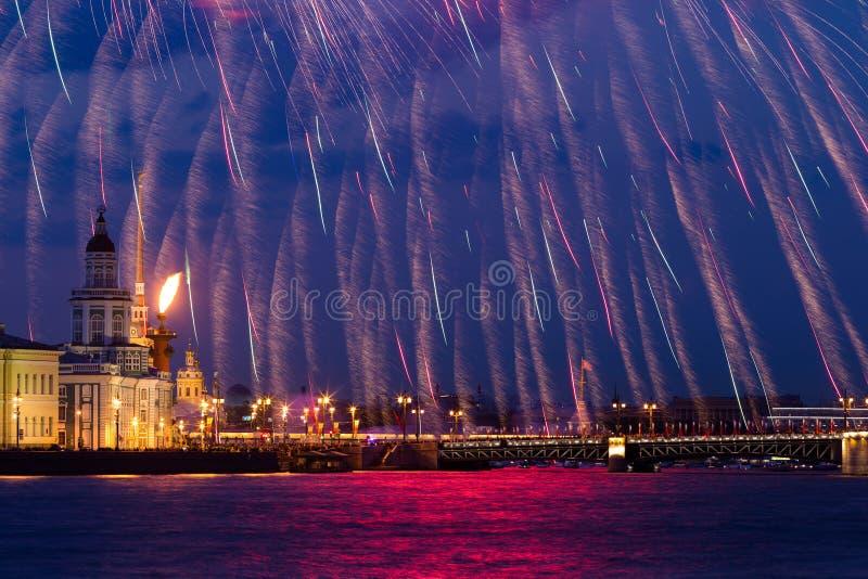 Vuurwerk over Neva stock afbeeldingen