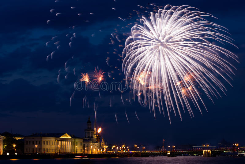 Vuurwerk over Neva stock afbeelding