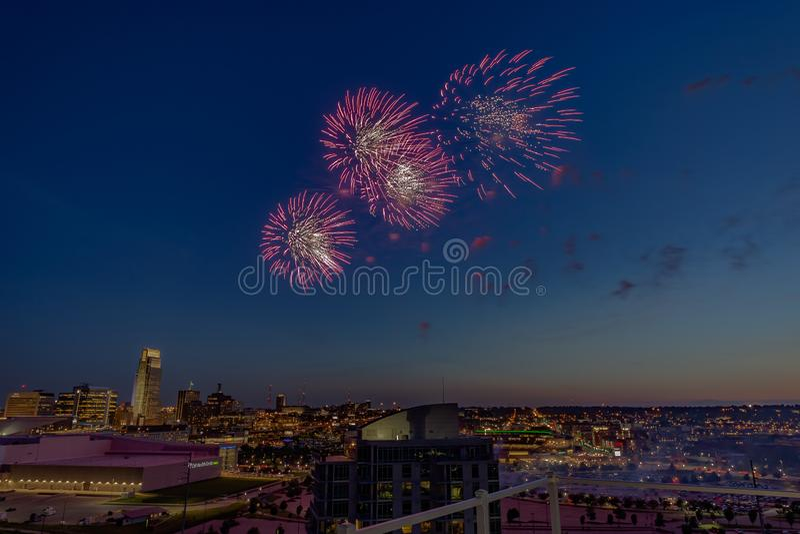 Vuurwerk over Omaha Nebraska van de binnenstad bij nacht royalty-vrije stock fotografie