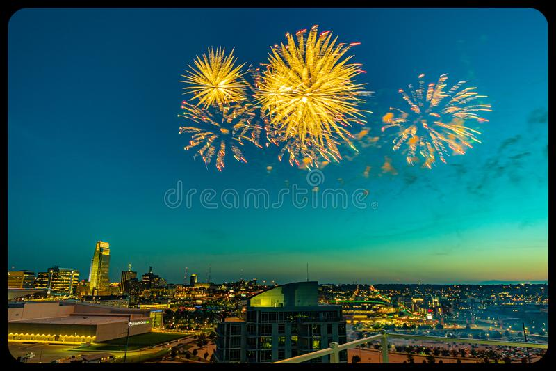 Vuurwerk over Omaha Nebraska van de binnenstad bij nacht royalty-vrije stock afbeelding
