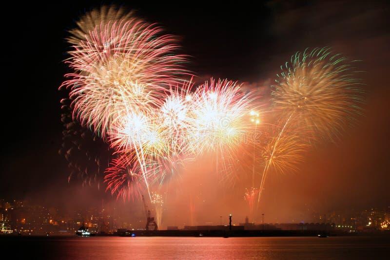 Vuurwerk over palmade Mallorca haven om lokale patroonfestiviteit te vieren