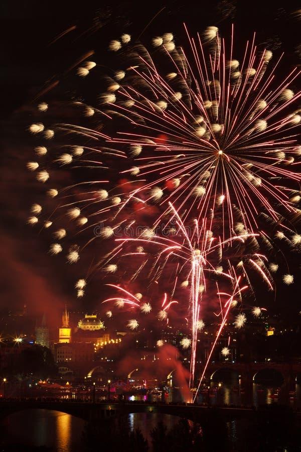 Vuurwerk over rivier Vltava stock fotografie