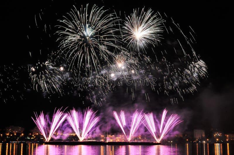 Vuurwerk over stad bij nacht stock foto