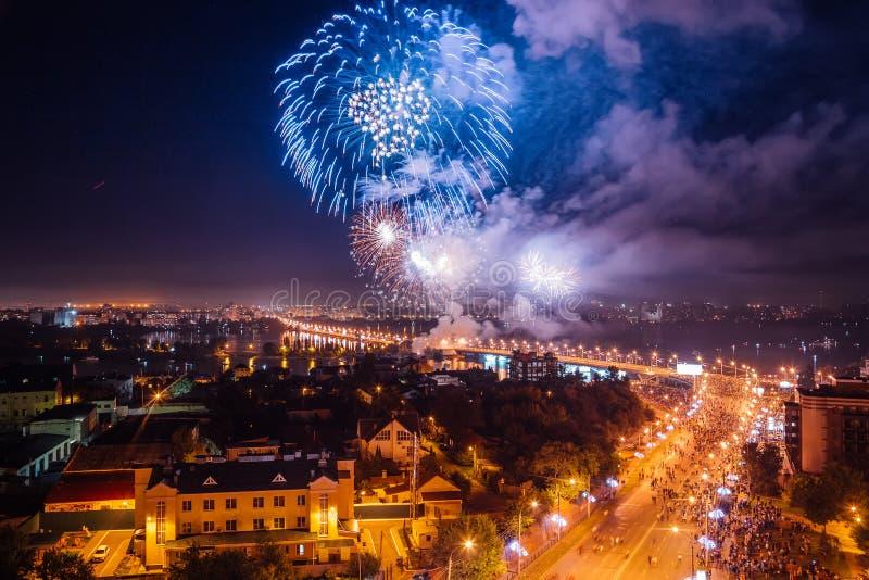 Vuurwerk over Voronezh-rivier royalty-vrije stock afbeeldingen